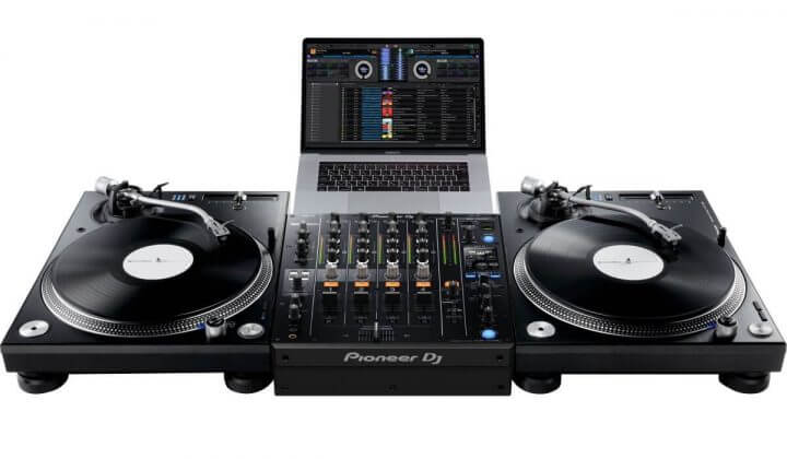Pioneer DJ DJM-750MK2 using two PLX-1000 and DVS.