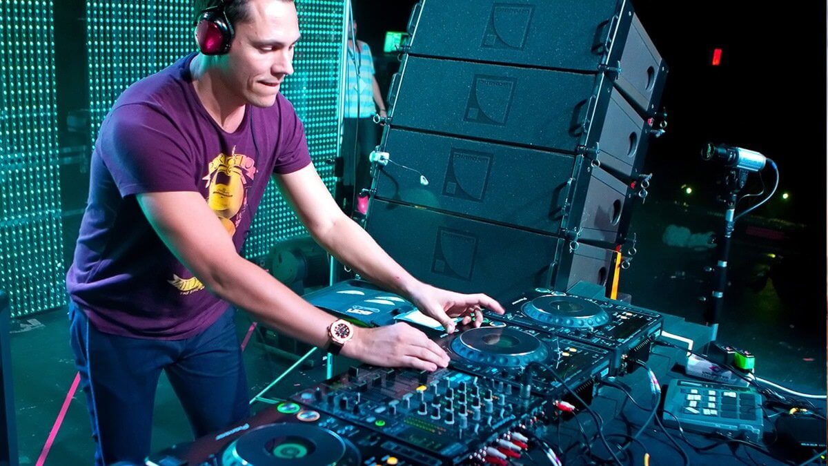 DJ Tiësto using monitor speakers